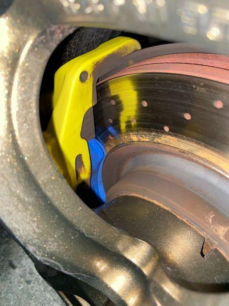 ブレーキパッド、ブレーキローターについて質問です。 先日ブレーキパッドを交換したのですが、 ローターの内円側にサビが出てきました。 これの原因はローターとパッドがきちんと接触していない事だと推測できますが、 接触していないが原因はなんだと思いますか? やはりローター側の偏磨耗でしょうか… またこの状態で放置するのやはりまずいですよね? 思いつく原因の解決法など御教授頂けると幸いです。 車...