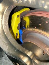 ブレーキパッド、ブレーキローターについて質問です。 先日ブレーキパッドを交換したのですが、 ローターの内円側にサビが出てきました。 これの原因はローターとパッドがきちんと接触していない事だと推測できま...