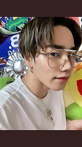 学生で写真のような眼鏡をかけているのはダサいですかね??伊達メガネとして。かける人にもよると思いますが(^_^;) 個人的には少しおじいちゃんがかけているイメージがあります笑