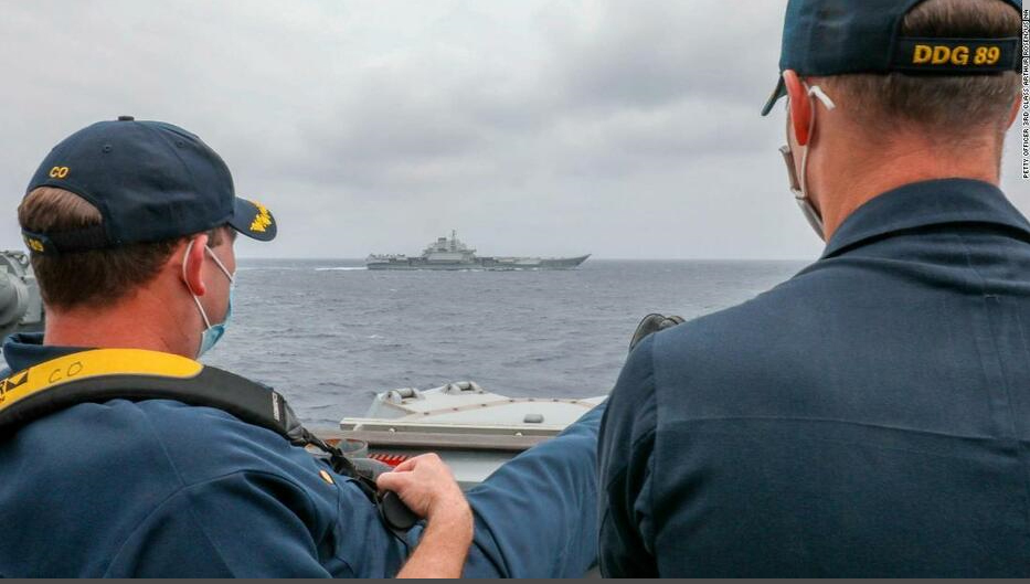 中国空母にアメリカ駆逐艦が接近して並走したそうですが、アメリカの船員は足を 伸ばして中国空母を観ています。 もし戦闘になったらどっちが勝ちますか? 空母艦載機有りVSアメリカ駆逐艦