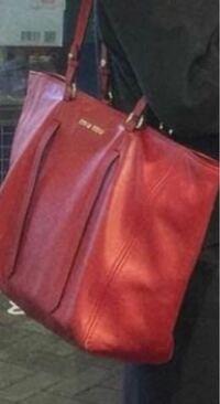 このバッグ、miumiuのものでしょうか??