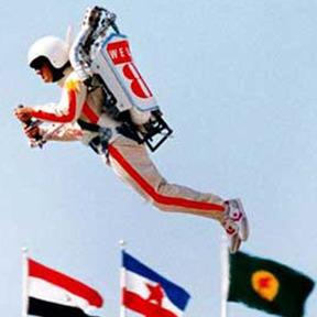 1984年のロサンゼルスオリンピックの開会式のショーの中で、 スタントパイロットのビル・スーターさんは個人用ジェット推進飛行装置・ロケットベルトを使って空中遊泳を披露し、後に「ロケットマン」と呼ばれました。このロケットベルトは既に市販されているのですか?市販されているならば、価格は日本円でいくらですか?また、燃料は何ですか?燃料費も知りたいです。例えば、体重65㎏の人が1㎞移動するのにいくら...