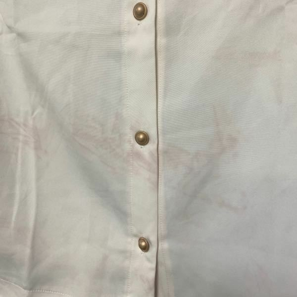 白いブラウスに赤いシミができました。 今日おろしたての白いブラウスを洗濯すると、 赤いシミが発生しました。 一緒に洗った洗濯物には色落ちしそうな赤い服はありません。 薄めのピンクの服とガーゼならありますが、どちらもかなり前から何度も洗濯をしているので、 今さら色落ちはないと思います。 洗濯機はPanasonicのドラム式、 洗剤と柔軟剤はどちらも赤ちゃんにもやさしい無添加で植物由来成分配...