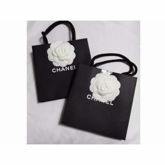 CHANELの花がついたこの袋をもらうには何を買えばいいのですか? また、なんで調べたらいいですか??
