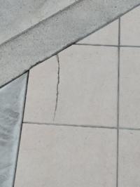 新築一戸建てに住んで2か月です。家コンクリートタイルが割れているのに気づきました。 深さは2ミリ以内です。 住宅会社にタイル修正依頼します。 タイル交換で~と強くお願いしよと思ってます。どうでしょうか?...