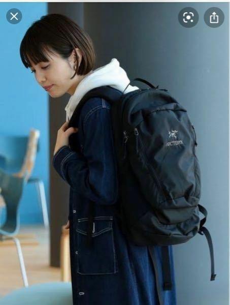 リュックを購入しようと思っています。 下の女の子が背負っているリュックはアークテリクスのなんという商品でしょうか? わかる方お願い致します。