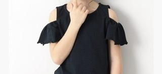 保育園に着ていく服について質問させてください。 5歳児クラスになります。保育園に画像のような肩の部分が出ているオフショルTシャツを着ていくのはNGでしょうか? NGの場合、真夏でもランニングT シャツのような袖のないものはやめてふつうのTシャツにすべきでしょうか?