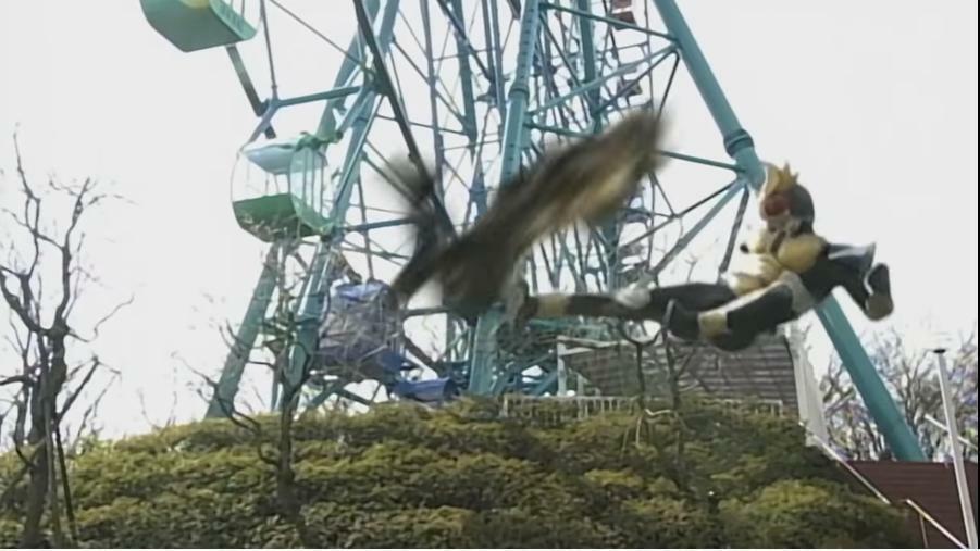 『猛スピードで飛行するクロウロードにライダーキックを放つも交わされ、反撃にあうアギト』 数あるアニメや特撮作品の中で「地上戦メインの主人公が、空中を移動する敵に苦戦する場面」と聞き、あなたは何を思い浮かべましたか?