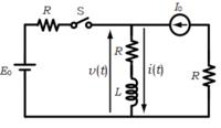 画像の回路に関する質問です。t=0でスイッチSを閉じたとき、t>0におけるi(t),v(t)を求めよという問題です。 私は重ね合わせの理を用いて解こうとしました。電圧源を短絡した場合で右側の閉回路でキルヒホッフ...
