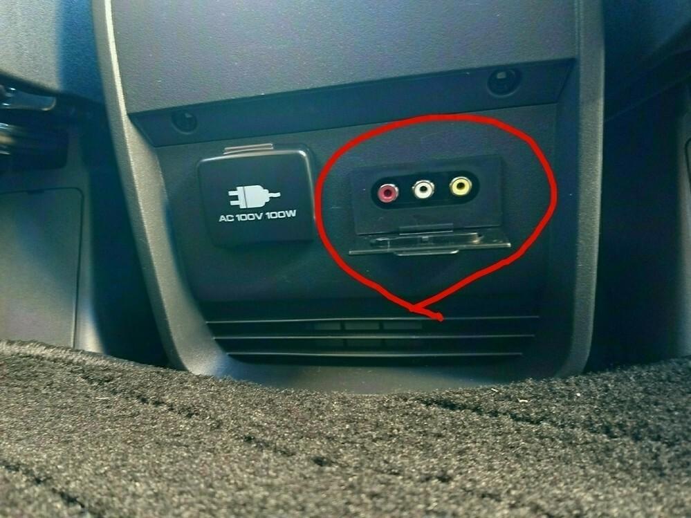 デリカD5の中古を購入しナビは純正になります。 RCA端子(メス)が後部座席下についておりナビにスマホ(XPERIA Z3)の画面を移したいのですが、調べるとコンバーター(電源必要)を使用し、RCA端子~ケーブル(RCAオス→HDMIオス)~コンバーター~MDMIケーブル(オスオス)~タイプC HDMI変換~スマホと記載がありました。 例えばコンバーターを使用せずに商品として片側RCAケーブ...