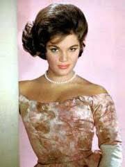 オールディーズに詳しい方教えてください。コニーフランシスの「Lili marleen」というアルバムのジャケットに写ってるドレス姿 これの鮮明なフルカラーの写真を探してるのですが、見当たりません。ヤフー画像で2枚ほどありましたがどちらもボヤけていてよく見えない感じです。 このドレス姿のコニーフランシスの鮮明な画像が欲しいのですが、なにかうまい検索方法などありましたら教えてください 一応画...