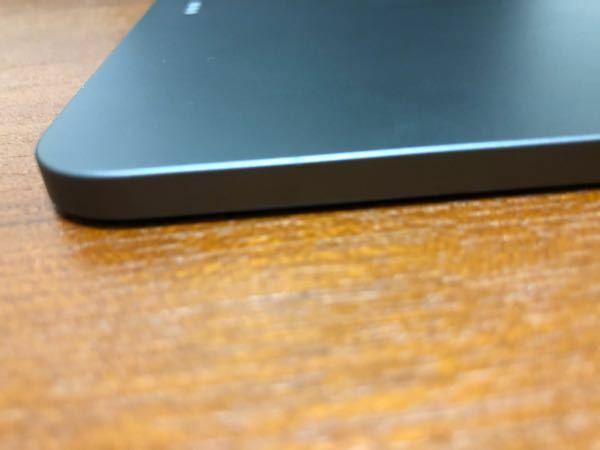 iPad Air 4が少し歪んでしまいました。水平な場所におくとApple Pencilをつけられない方だけほんの少し浮くだけですが少し気になるので、なおしたいです 自力では厳しいですか?