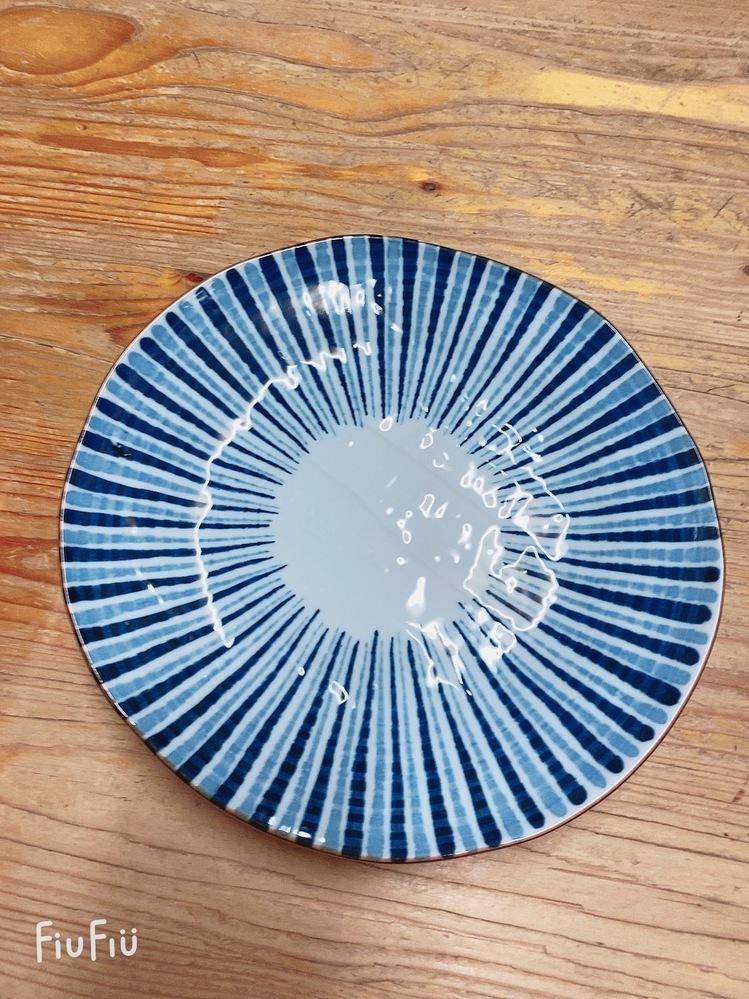 このお皿はどこに売ってるか どこのお皿かわかる方 教えてください。 よろしくお願いします。