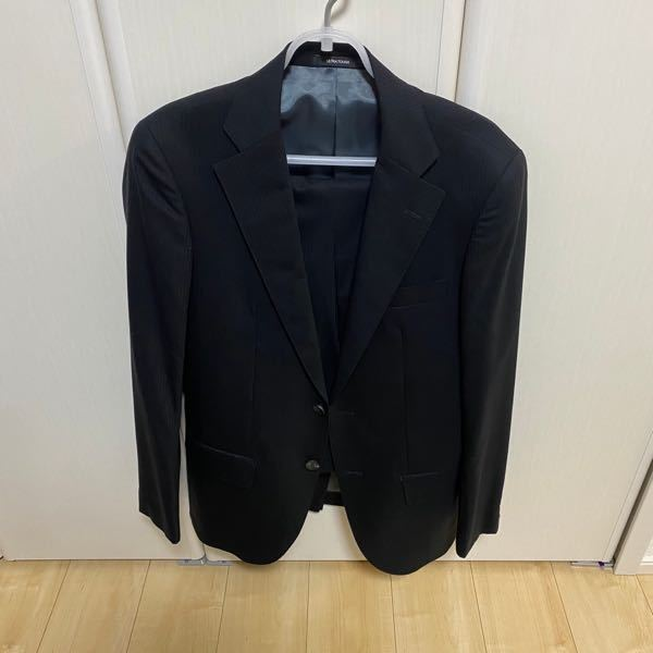 このスーツは新人が着るべきではないですよね? ブラックのストライプです。