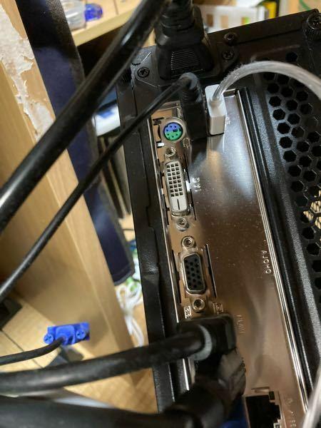 パソコンから2台のモニターに出力したいです。 今は一台はHDMIもう一台は15ピンで出力していたのですが、15ピンのモニターが古くなったので、今回モニターを購入しました。 使用するモニターは二台ともHDMIとディスプレイポートはついていますが15ピンはありません。 パソコンは15ピン,HDMI,DVIが一つずつ付いています。 一台はHDMIで繋ぐとして、もう一台はどのように繋いだら良いでしょ...
