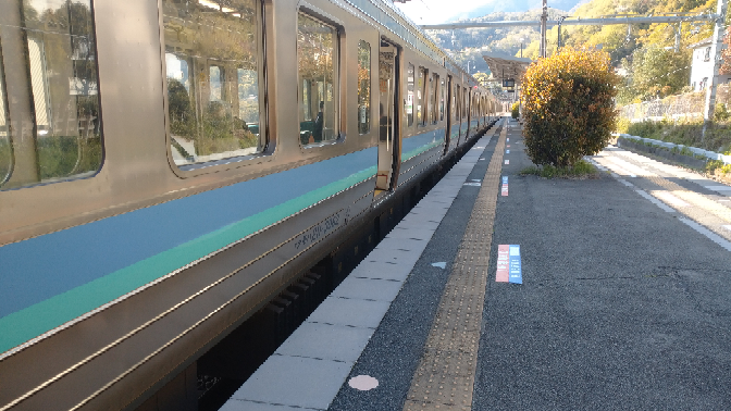 梁川駅と鳥沢駅のホームの高さ(線路からの高さ)は、それぞれ何センチぐらいですか? 2駅とも同じぐらいな気がするので、参考として梁川駅のホームで撮った写真を載せます。
