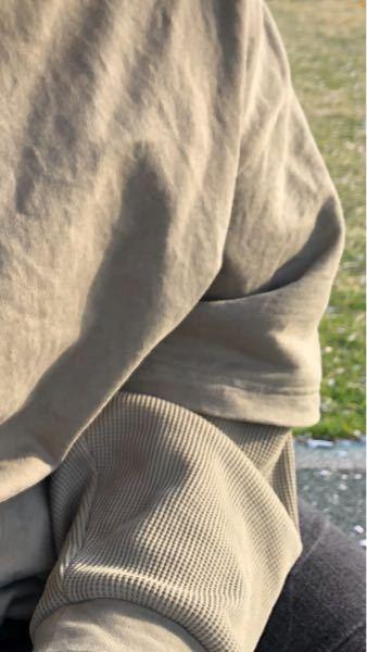 至急!! このようなパーカー?に、紺のベスト(袖なし 薄い)はダサいですか?
