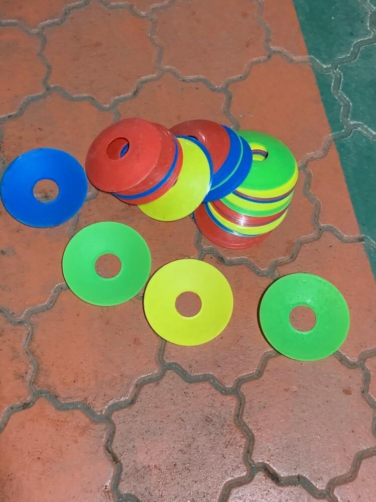 友達が(画像参照お願いいたします) 公園で ドーナツがたのカラフルな輪っかを 大量に拾ったのですが いったい何に使うものなのでしょうか❔ ご存じのかたがいらっしゃいましたら 教えてくださいませ。 ヨロシクお願いいたします。