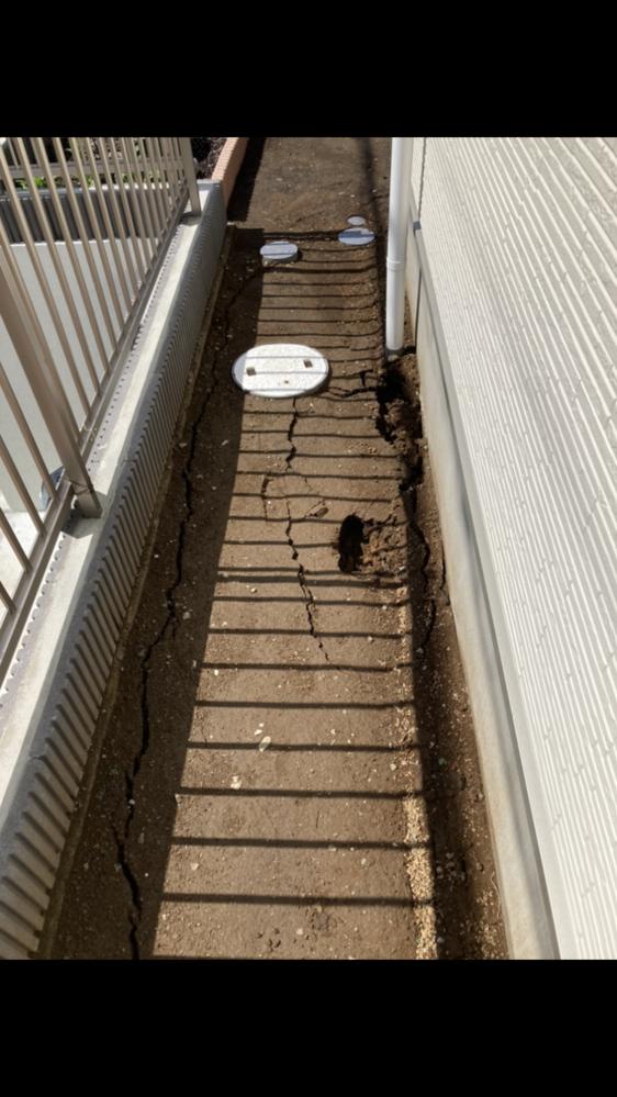 先月新築戸建てが完成したのですが、昨日の大雨で地面にヒビと陥没が発生してしまいました。 写真の地面左側は擁壁(高さ1.8メートル)で建物側の基礎は深基礎になっています。深基礎を打つ時に地面を深く掘り最後に埋めていますが、固めずに埋めたためになったのでしょうか?また雨樋の周りの陥没が酷いため雨樋に関係するものでしょうか?ハウスメーカーにはこらから相談しますが、専門で詳しい方居ましたら意見をお聞...