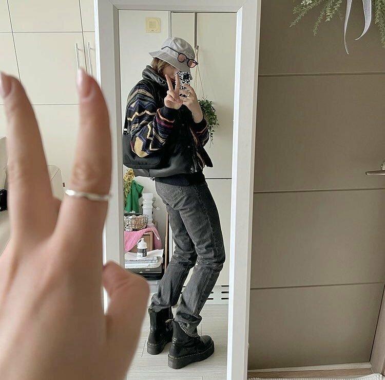 最近少しテテの指輪が話題になってますよね。 このアンジェリーナさんという人が付き合ってるんじゃないか?と一時期噂になりましたが、 テテの指輪を見たからか(?)すぐに下の写真を上げてました。わざわざシルバーリングが見えるように投稿してるので、意図的だと思います。 匂わせですか?もしテテと関係ないのにやってるなら、すごく痛い人だとおもうのですが。 この方はロシア人だそうですが、韓国語ができるので...