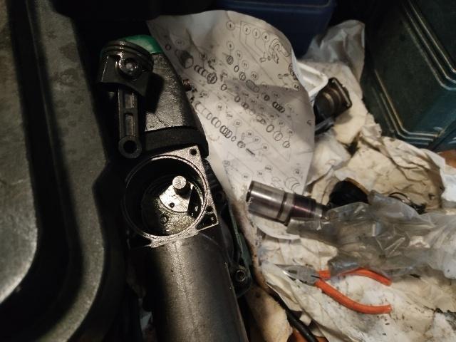 緊急です。日立電動ハンマーH41SA2(N)、組み立て方法教えてください。 コンロッドをピストンに棒外して取り付けたのですが、シリンダクランクケースのクランクシャフト44に入りません。斜め上からはめようとしたら、またバキっと折れそうです。 クランクケース2つにぱかっと折れないんですか。どうやって取り付けするんですか、 Oリングは交換しましたが、古いのぷっくら丸々していて大丈夫そうでしたが、ハ...