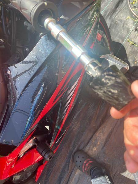 バイクのバーエンドを外そうとしたらなんか中の棒まで一緒にでてきてしまいました。 その時ゴムみたいなのが一緒にでてきました。 グリップの交換をしようとしたのが理由です。 修復方法はありますか 今度からカスタムはショップに頼みます...。 愛車が傷ついてしまったのはわかっています。 どうか優しく教えて下さい。(ピエン)