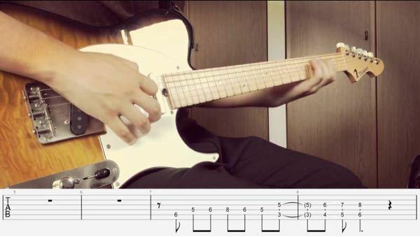 ギター得意な方に質問です。 下の写真の5-3、6-4のように描かれている-の線は開放弦ではなく抑えるという意味ですか? また5-3に付いている括弧のような記号は何ですか? 動画主↓ https://youtu.be/auS3oxAj1Ek