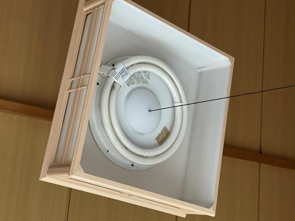 社宅の部屋に付いている和風ペンダントライトの一段階目、二段階目がつかず、三段目の真ん中のライトだけつきます。 ランプを交換したのですがつきません。原因わかりますでしょうか。