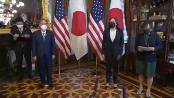 どうして菅総理が鏡に映っていないのでしょうか?
