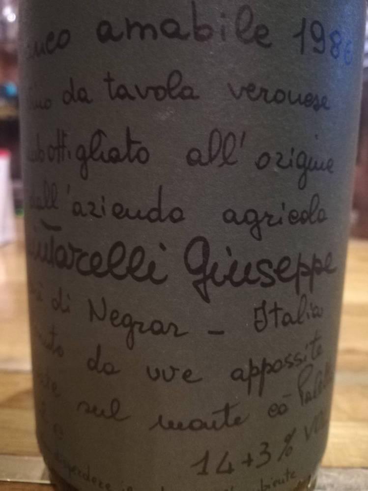 ワインに詳しい方にお伺いします。 父の遺品のワインセラーの中に、詳細が分からないワインがあります。 イタリアの「giuseppe quintarelli」なのですが、緑色のラベルに「bianco amabile 1986」としか表記が無く、ネットで検索したところ「Amabile del Cere」と言う物はよく見るのですが、このワインはどんな物なのか分かりません。 また、アルコール度数の表記が「14+3%」となっているのですが、酒精強化ワインなのでしょうか? 目安となる価値も分かれば教えてください。