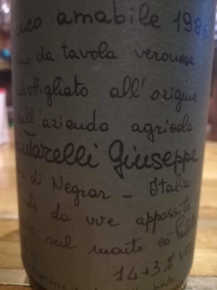 ワインに詳しい方にお伺いします。 父の遺品のワインセラーの中に、詳細が分からないワインがあります。 イタリアの「giuseppe quintarelli」なのですが、緑色のラベルに「bianco amabile 1986」としか表記が無く、ネットで検索したところ「Amabile del Cere」と言う物はよく見るのですが、このワインはどんな物なのか分かりません。 また、アルコール度数の...
