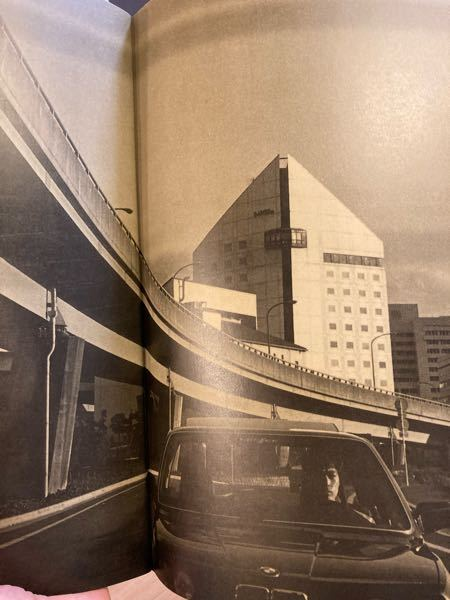 この建物はどこでしょうか? 1986年の写真です。 稲垣潤一さんの当時のツアーパンフレットの中で、 気になる建物があります。 パンフレットの中の写真は、京都とおそらく琵琶湖が出てきます。おそらく...