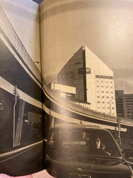 この建物はどこでしょうか? 1986年の写真です。 稲垣潤一さんの当時のツアーパンフレットの中で、 気になる建物があります。 パンフレットの中の写真は、京都とおそらく琵琶湖が出てきます。おそらくこの写真も、京都か滋賀ではないかと思われます。 この特徴的な形のビル、すでに解体されている可能性もありますが、どなたかご存知ないでしょうか?