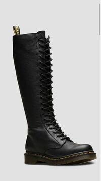 ドクターマーチンのこのブーツって何月から何月まで使えると思いますか? 素材は、定番のエイトホールのブーツとは違い、薄めの柔らかい感じです。