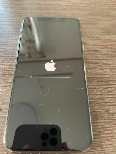 iPhoneの初期化をしているのですが、6時間たった今でも進んでいません、、 どうすればいいのでしょうか? 強制終了させる方法などあるのですか?