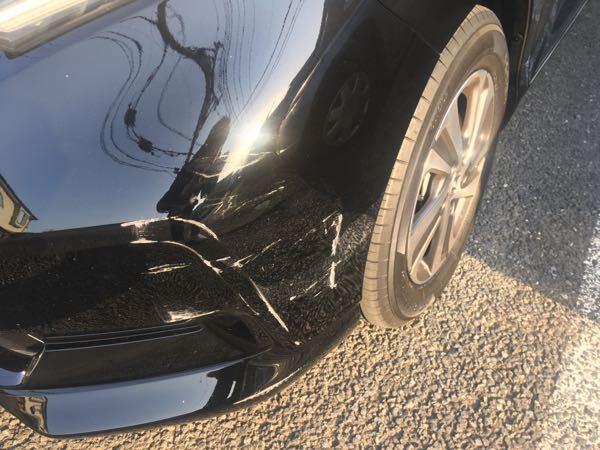 貰い事故の修理依頼先について。 昨晩家の駐車場に駐車(こちらは乗っていない状況)でお隣さんにぶつけられました。 警察の処理は昨日中に終わっています。 乗っている車がホンダフリードなんですが、購入先はホンダでは無く、街の車屋さん?で新車購入で2月に納車させてます。 修理について、この場合購入先に依頼するべきですか?もしくはホンダに持っていけば良いですか? あと見づらいですがこの程度の傷でバンパー一式交換対象ですか?もしくは板金修理ですか? 個人的には買ったばかりなので交換して欲しいです。