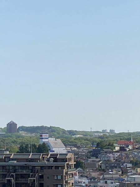 この写真の右側に見える、同じような建物が対になっているのはどの場所でしょうか?八王子市から撮影すてます。