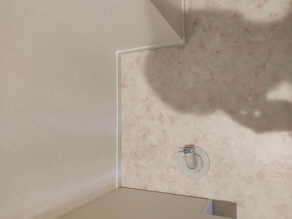 画像の洗濯機置き場に設置できるのでしょうか…? 賃貸物件で防水パンの設置がないのですが、これは自分で防水パンの設置が必要でしょうか? 管理会社曰く、防水パン設置無しで問題ない物件とのことですが、排水と壁の距離(ポンプ−壁:39cm)からして物理的に難しい気がしていまして…明日引越しで急いでいるのですが、お分かりになる方教えて下さい。 設置予定の縦型洗濯機横幅:48cm 洗濯機置き場の全幅:58cm 排水ポンプ〜壁の幅:39cm