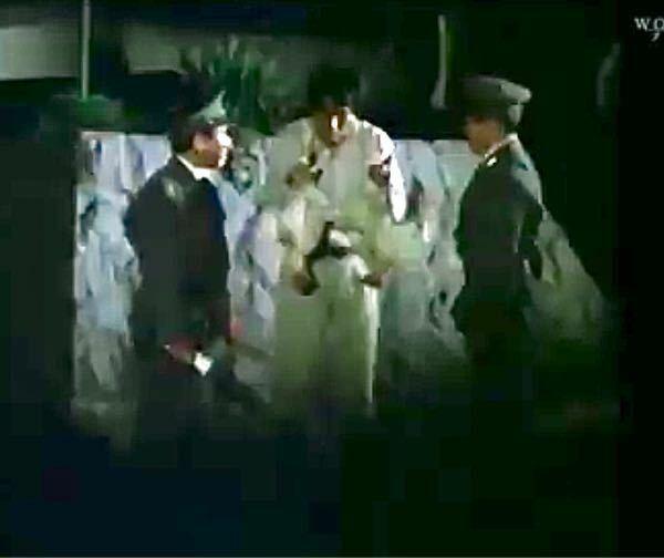 ウルトラセブンの44話の恐怖の超猿人の冒頭でのシーンですが.........大男が両手に持っていたのは何ですか!?教えて下さいお願いします!!