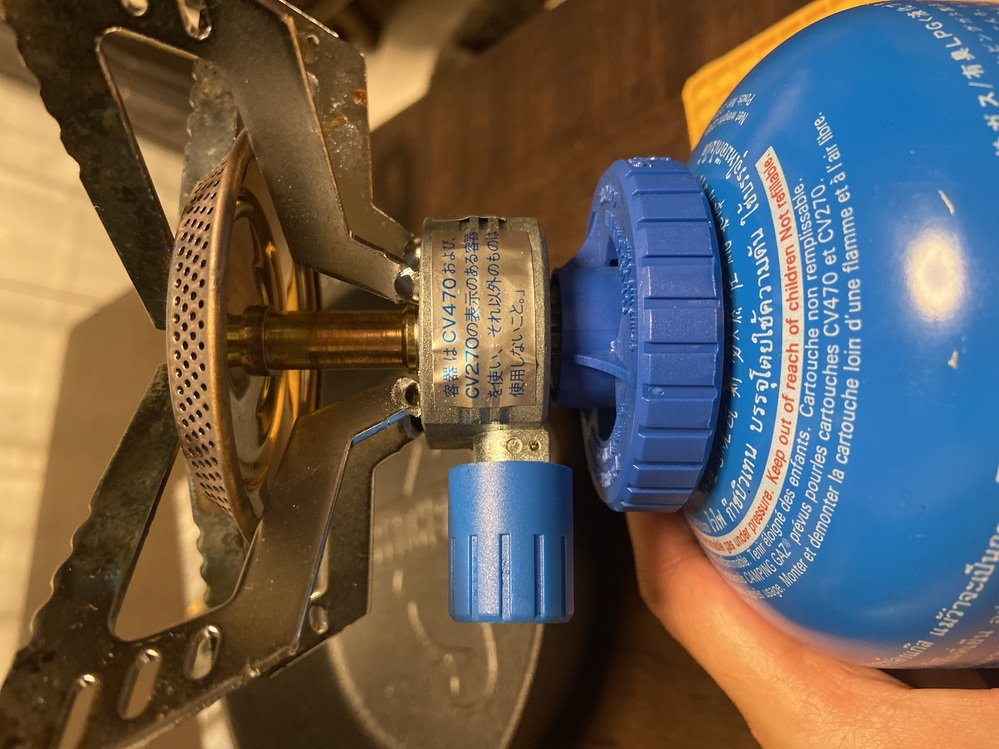 アウトドア初心者です。 父からレトロな 【キャンピングガス株式会社】 というところのシングルバーナー?ガスバーナーを譲ってもらいました。 使うことはできたので、替えのガスを買いたいのですが やはり表示されている通り、 この同じ青いガスを買ったほうがいいのでしょうか? また、もし買うとしたらガスの規格は同じで他のメーカーでも代用可能でしょうか?(カセットボンベのように) わからないことば...