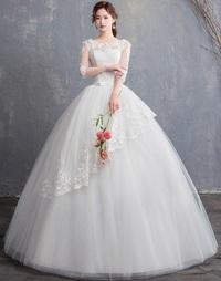 花嫁姿の女性は、ウエディングドレスのスカートの中に何を履くの? . ウエディングドレスといえば、この画像を見てわかる様に、 スカート部分がとても大きくフワッとドーム状に膨らんでおり、 まるでお茶碗を逆さ...