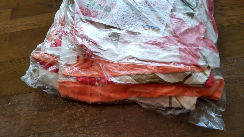 今日仕上がってきた布団カバーです。 特殊な素材ではなく、綿です。 クリーニングに出しましたが、この仕上がりにびっくり。 これは普通なのですか? 布団掛けカバーをクリーニングに出したのが初めてです。 教えてください。