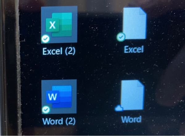 PC初期化しました。 エクセルとワードのアイコンが2つ デスクトップに何故かできてしまい、間違えて本物の方を削除したみたいで、慌てて復元したら、写真のようになってしまいました。 エクセル(2)、ワード(2)ではなく、エクセル、ワードのアイコンを元に戻すにはどうしたらいいでしょうか? 白くなってるエクセル、ワード 消したいです。 初心者でよくわかってないので分かりやすくお願いします。