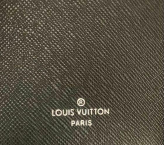 ルイヴィトン長財布について質問です。 画像のように、ルイヴィトンの刻印がされているのにmade in表記が無い場合、偽物なのでしょうか? フリマアプリで販売されているもので、他の写真のシリアルナンバーで調べると2019年フランスで製造されているものというのは分かりました。 出品者の方も2019年に正規のルイヴィトンショップで購入されたとのことです。 どなたか詳しい方、御教授ください。 ベス