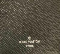 ルイヴィトン長財布について質問です。 画像のように、ルイヴィトンの刻印がされているのにmade in表記が無い場合、偽物なのでしょうか? フリマアプリで販売されているもので、他の写真のシリアルナンバーで調べると2019年フランスで製造されているものというのは分かりました。   出品者の方も2019年に正規のルイヴィトンショップで購入されたとのことです。  どなたか詳しい方、御教授ください。 ...