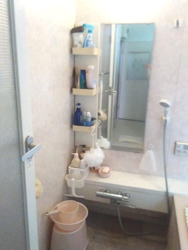 浴室の収納を点検して下さい。 もっとこうした方がとか感想を。 鏡左側の棚は ・一番上が掃除用品など ・下3段は家族それぞれの必要品 ・最下段のスクイージーが掛かっている小さな入れ物は 不用品入れ(ゴミ箱みたいな) 床に置いていたのですがヌメリで掃除しにくいためここに掛けている 入れ物の底は水が抜けるようになっている ・石鹸などを置いている台の下の床は写真では汚く見えますが綺麗に掃除済み ゴチャゴチャし過ぎかな・・ もっと改善の方法もあるかな・・ と思っています。 浴室内の換気扇はマメにかけて風通しはよいです。 日中、窓を少し開けたりもしています。 どのようなご意見でも、お聞かせ下さい。 是非、参考にしたいです。