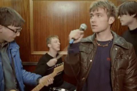 blurの曲のcharmless manのMVでデーモンアルバーンが着てる、このジャケットの名前とブランドは何でしょうか?