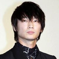 俳優のおはなし。俳優の綾野剛さん(写真)についてどう思いますか?教えてください。お願いします。