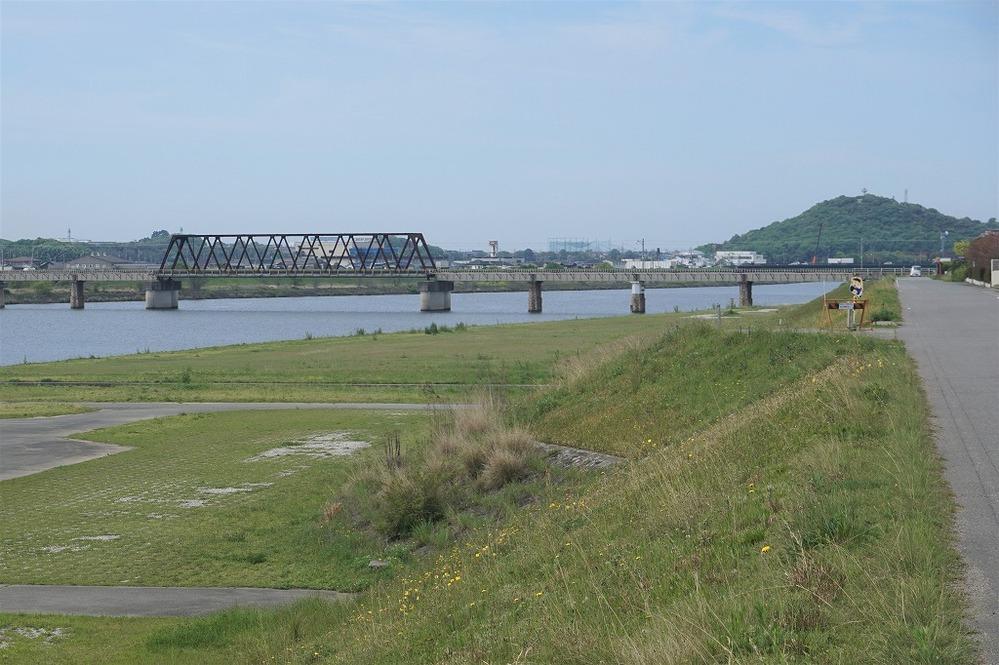 何処かわかるでしょうか? 各地をサイクリンするのが好きで、過去のサイクリングの写真ザッとを集める中で、何処で撮ったのかわからなくなった写真が2枚出てきました。 何処かの川沿いのサイクリングロードのようですが、わからなくなってしまいました。