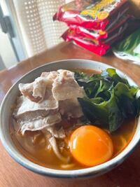 最近日清の爆裂辛麺にハマっています。 辛くて太麺で美味しいです。 辛いラーメンに合うトッピングなど、何かオススメありましたらぜひ教えてください  ちなみにこれは、野菜炒め、豚バラ、増えるわかめ、卵の卵黄を乗せてみました。